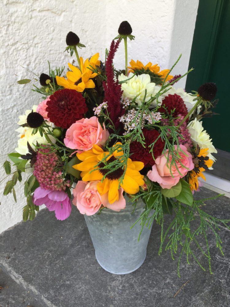 Herbststrauss mit Dahlien und Rosen
