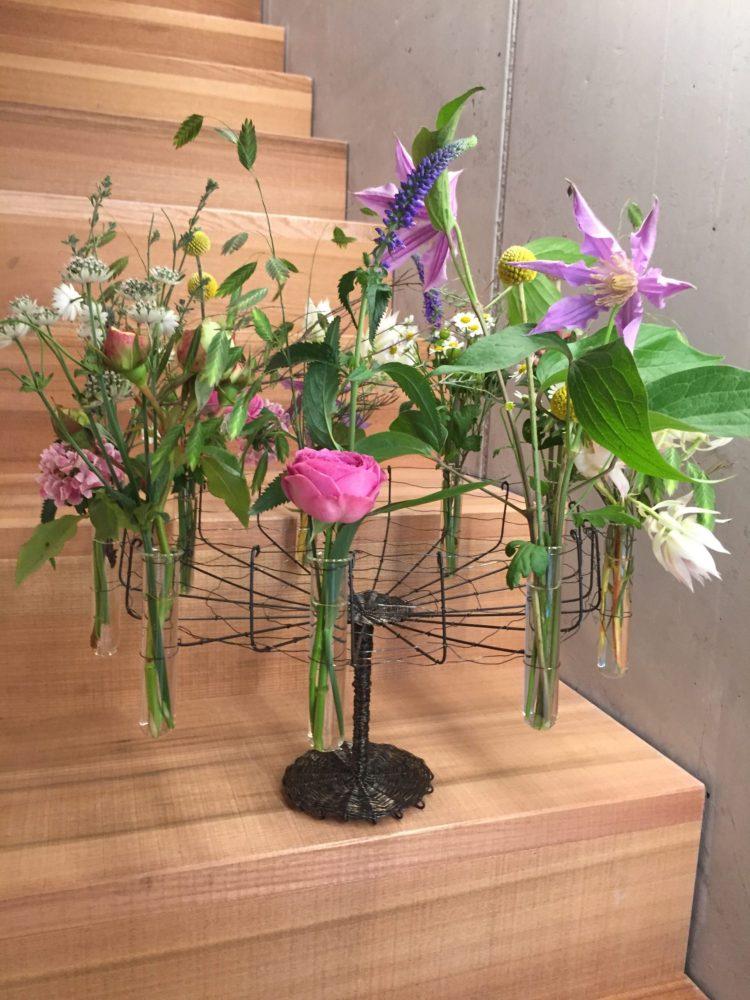 Naturblumen im Drahtgeflecht