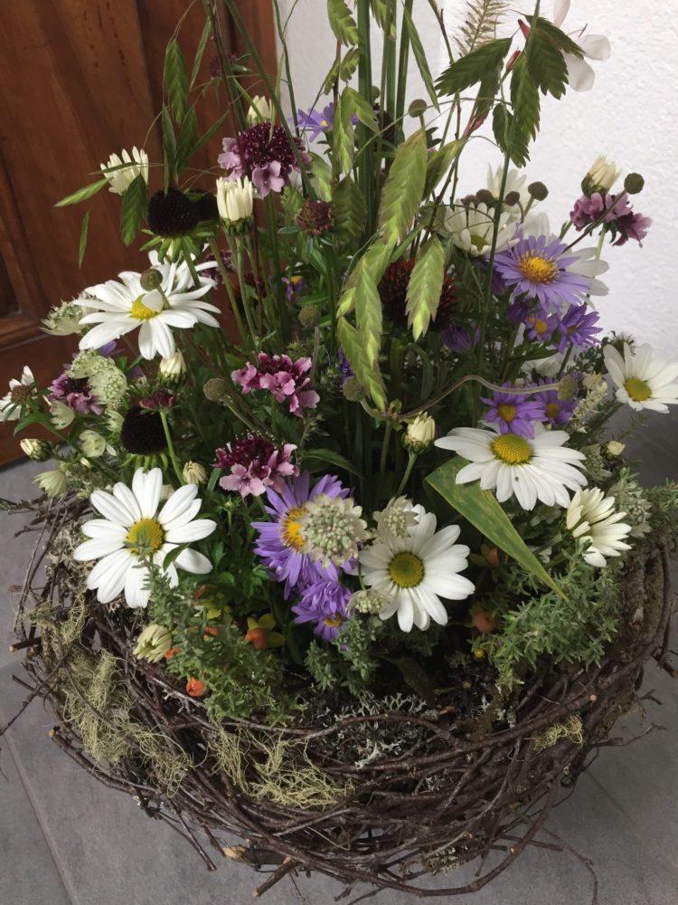 Wiesenblumen im Korb